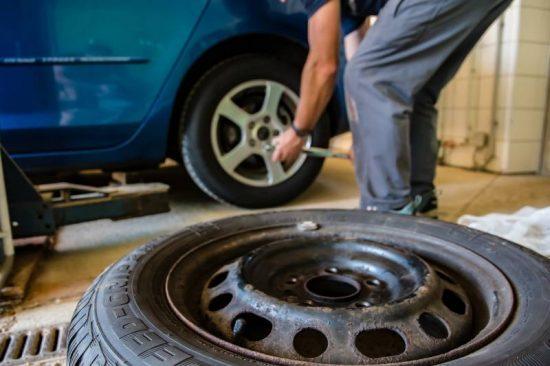 Como trocar o pneu do seu carro sem sufoco