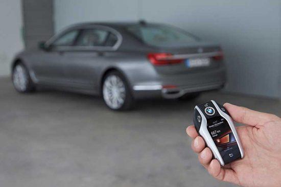 Agora você vai estacionar seu carro com controle remoto na chave