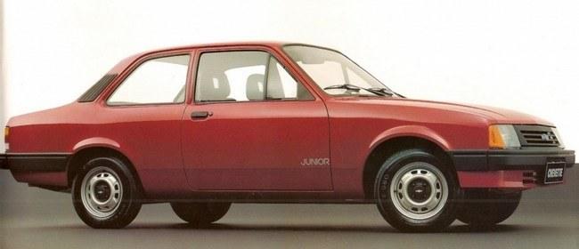 O Chevette Júnior lançado em 1992 possuía motor 1.0 e não tinha a moldura lateral