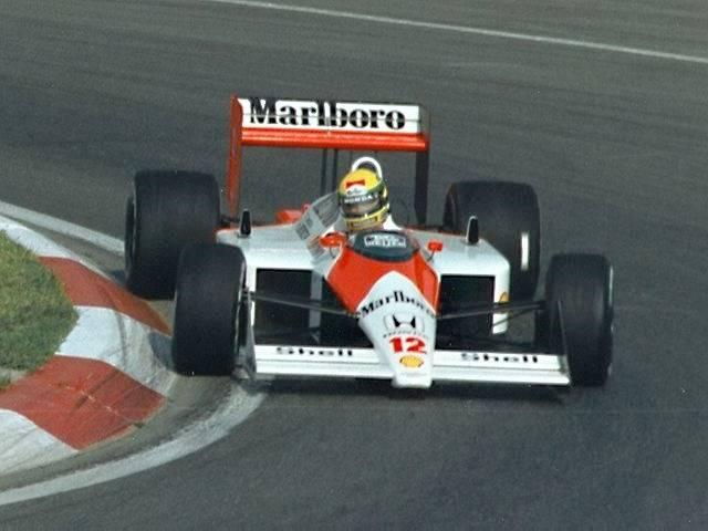 Senna venceu seu primeiro GP em 1988 dirigindo um McLaren MP4/4 (foto: Paul Lannuier / wikimedia)