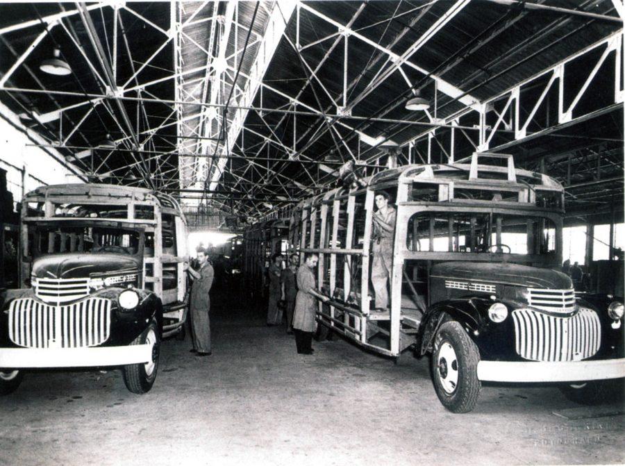 O primeiro ônibus fabricado no Brasil pela GM tinha carroceria de madeira