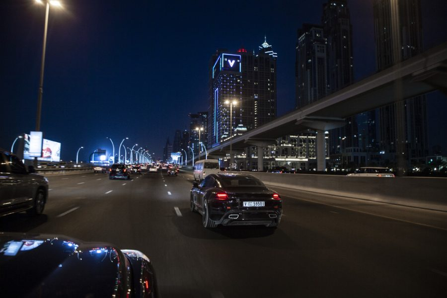 Porsche Taycan em Dubai testanto em altas temperaturas a noite