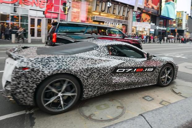 Chevrolet Corvette camuflado em teste de rua