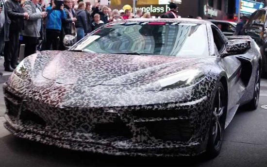 Presidente da GM passeia com novo Corvette camuflado em Nova York