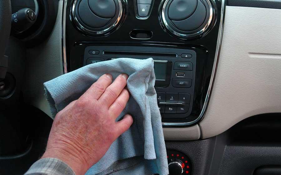 Como lavar o carro a seco em casa