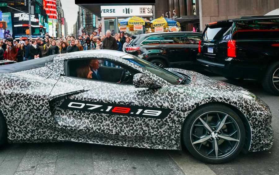 Chevrolet Corvette de oitava geração com leve disfarce passeou por Nova York, levando a CEO da General Motors, Mary Barra