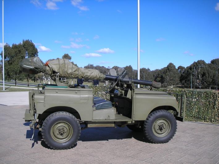 """Veículo australiano Land Rover Series 2 """"gunbuggy"""", com um rifle M40 sem recolho usado no papel anti-tanque, no Australian War Memorial (Nick Dowling / wikimedia)"""