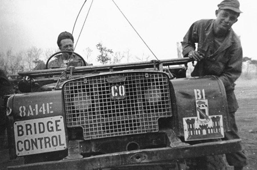 Land Rover perto de Pyongyang, em novembro de 1950, durante a Guerra da Coreia