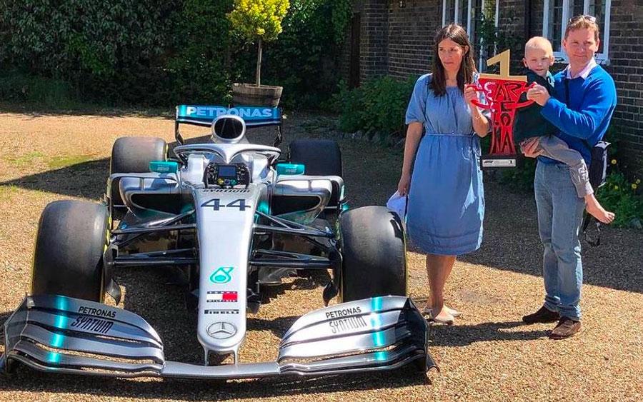 Criança com câncer raro ganha presentes de Lewis Hamilton