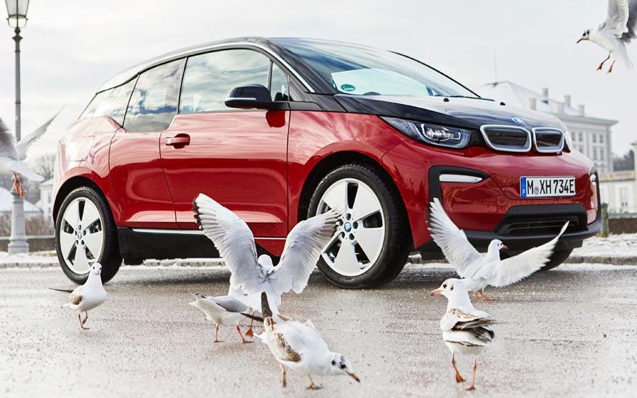 BMW segue na estrada para carros elétricos e híbridos