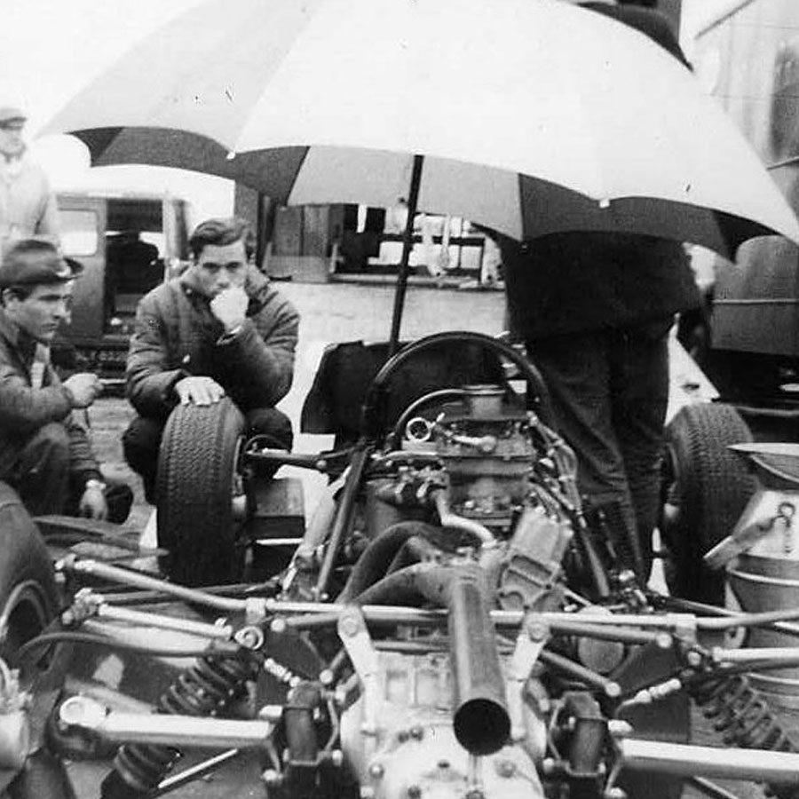 Jim Clark no Lotus Pit no Grande Prêmio da Alemanha, 2 de agosto de 1964 (foto; PaddyBriggs / wikimedia)