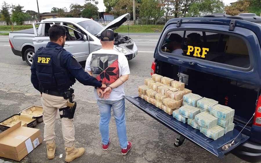 Homem é preso pela PRF com R$ 2,5 milhões escondidos em picape em rodovia de SP