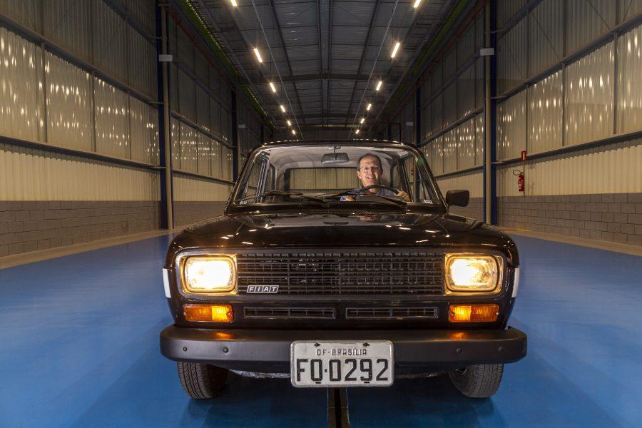 Robson Cotta dirigindo a primeira unidade do Fiat 147 a etanol