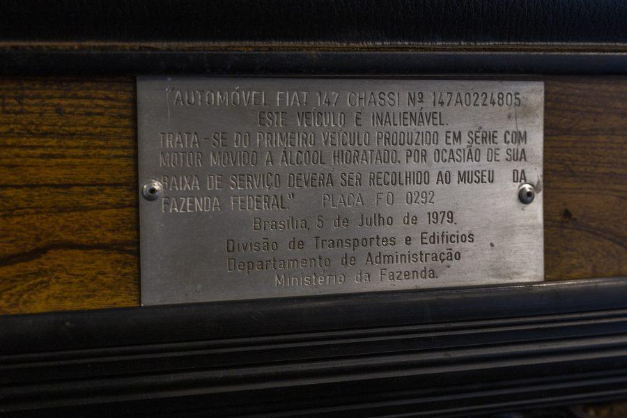 Placa no painel da primeira unidade do Fiat 147 a etanol