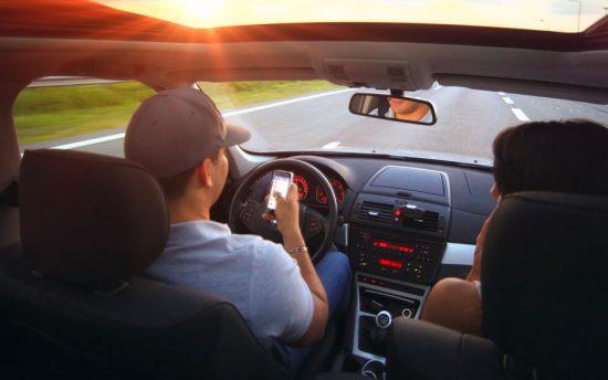 Radar vai multar motorista que estiver no celular