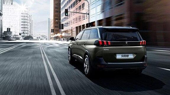 O SUV Peugeot 5008 só não vai tão longe quando é preciso manter uma distância segura do veículo da frente. Graças ao Piloto Automático Inteligente, o SUV regula automaticamente sua velocidade para evitar ao máximo qualquer risco de colisão. O condutor pode regular a distância adequada em três níveis: distante, normal e perto. Dessa forma a direção fica muito mais confortável e segura.