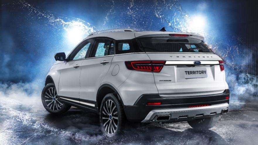 O Territory tem uma presença imponente e marcante com elementos do novo DNA de design de SUVs da Ford, como a característica grade dianteira trapezoidal. O capô alto, o entre-eixos longo e a traseira curta desenham um perfil dinâmico e esportivo. Os faróis, luzes diurnas e lanternas traseiras de LED criam uma assinatura de luz distinta e tecnológica.