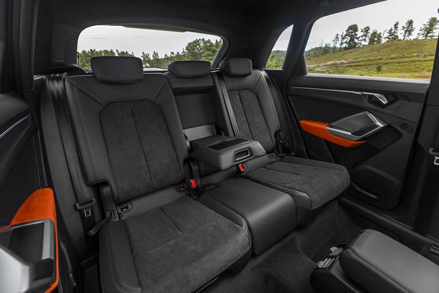 O novo Audi Q3 cresceu não apenas em tamanho, mas também em tecnologia. Diversos itens foram incorporados com relação à geração anterior e agora vêm de série desde a versão Prestige, como a câmera de ré, controle de descida em ladeira e assistente de partida em rampa. Vale destacar também o piloto automático com controle de velocidade e os faróis de LED.