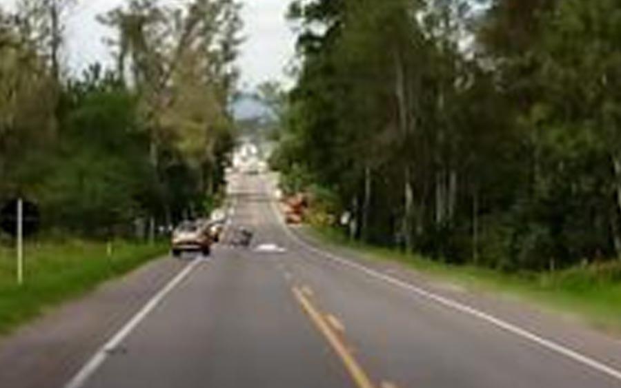 Acidente na RS-115 em Taquara entre moto e caminhão deixa vítima
