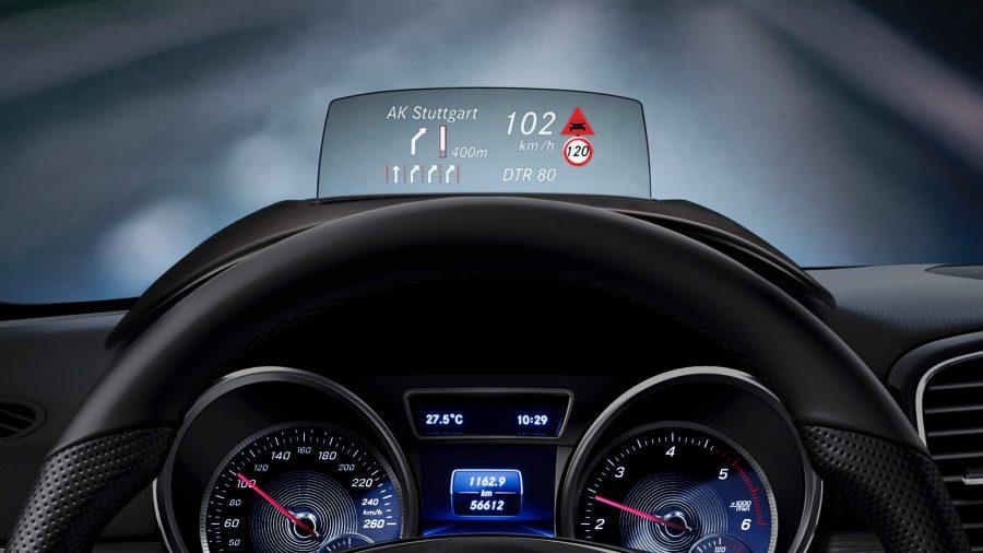 O display head-up projeta uma imagem virtual com as informações essenciais ao motorista diretamente no seu campo de visão.