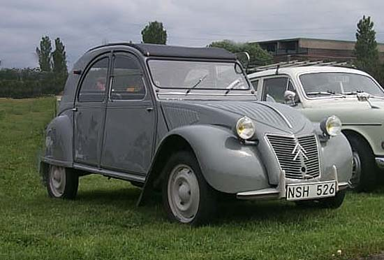 "2CV First generation ""Ripple bonnet"" from 1949 to 1960 (Jamieli~commonswiki)"