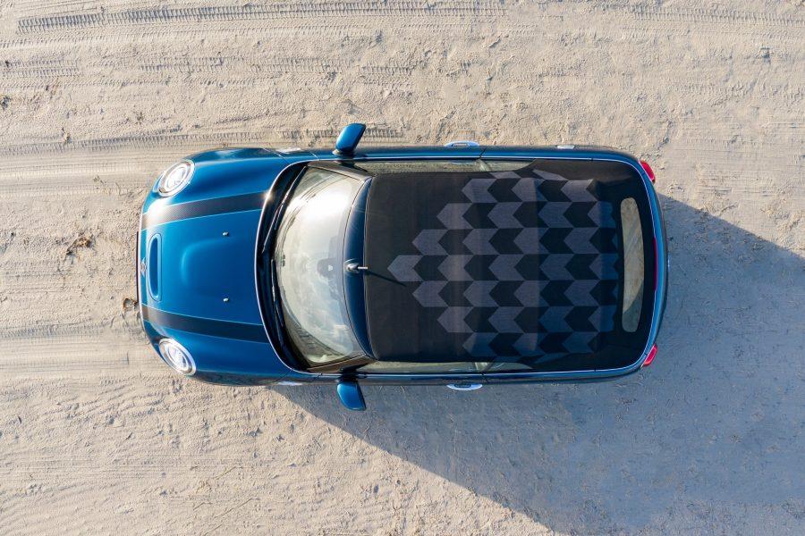 Um dos destaques do compacto é a capota MINI Yours Softtop Sidewalk que oferece proteção contra chuva ou sol. A capota em tecido com acionamento automático foi especialmente desenhada para o MINI Cooper S Cabrio Sidewalk e pode ser aberta ou fechada eletricamente em 18 segundos, sem gerar ruídos