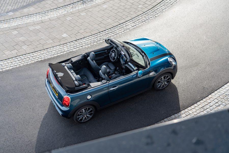 Referência em design e esportividade, novo MINI Cabrio oferece uma experiência única de direção a céu aberto