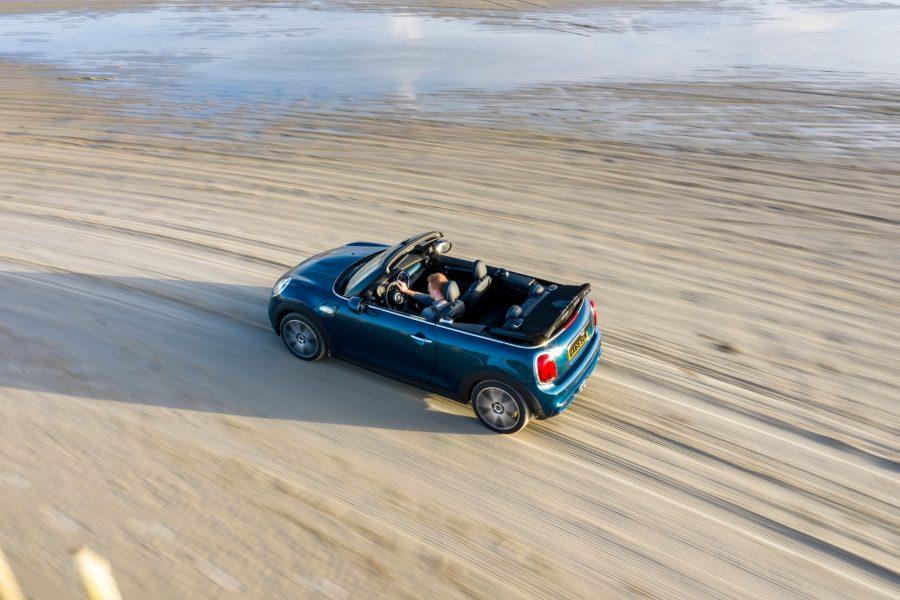 Para reforçar a sensação exclusiva de dirigir a céu aberto, o modelo chega equipado com motor 2.0 Twin Power Turbo de 2l e 4 cilindros em linha, com potência de 192cv a 5.000rpm e 280N.m de torque a partir de 1.350 rotações por minuto. Essa força permite que o conversível acelere de 0 a 100 km/h em 7,1s e desempenha a velocidade máxima de 230 km/h. O veículo também vem equipado com Transmissão Automática Steptronic esportiva de 7 velocidades com dupla embreagem e sistema launch countrol.