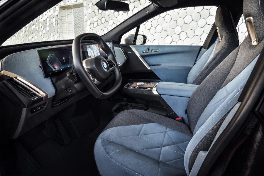 O design claro e minimalista de seu exterior apresenta uma nova forma de mobilidade voltada diretamente para as necessidades dos ocupantes do veículo. Seu interior oferece soluções inovadoras para usar o tempo durante uma viagem, além de proporcionar relaxamento, segurança e uma nova forma de luxo no processo.