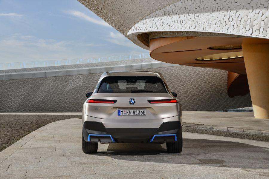 O conceito de veículo e o design do BMW iX estão enraizados em uma abordagem abrangente de sustentabilidade. Isso se reflete em áreas do carro, como sua aerodinâmica otimizada, design leve e inteligente e uso extensivo de materiais naturais e reciclados, que ajudam a criar uma sensação de luxo e conforto.