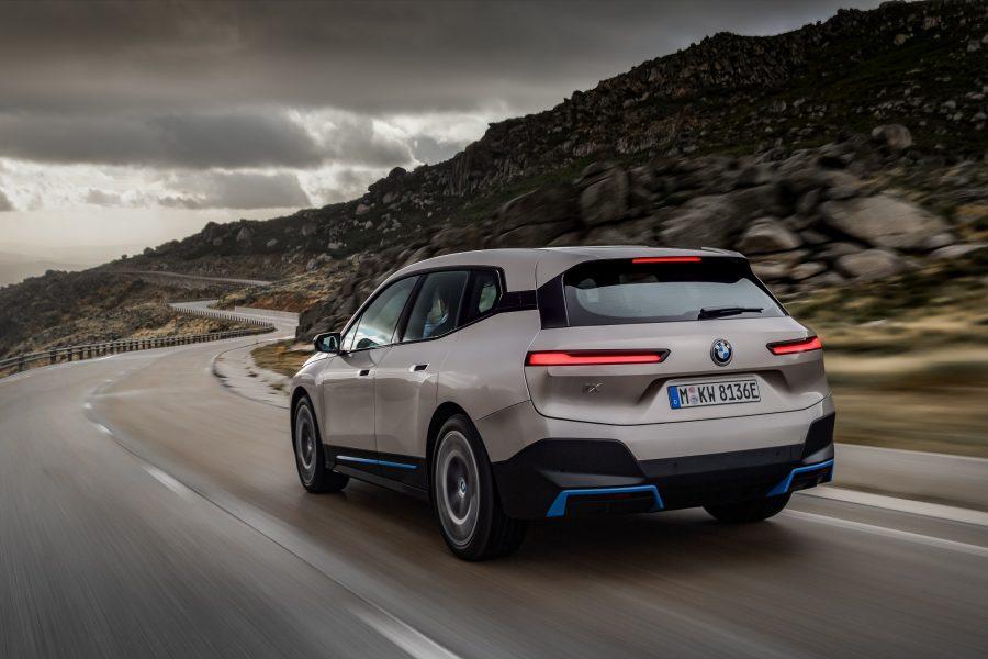 A nova tecnologia de carregamento do BMW iX permite o carregamento rápido com até 200 kW. Desta forma, a bateria pode ser carregada de 10 a 80 por cento de sua capacidade total em menos de 40 minutos. Desta forma, em apenas dez minutos, o veículo receberá energia suficiente para ampliar a autonomia do carro em mais de 120 quilômetros. Demora menos de onze horas para carregar a bateria de alta tensão de 0 a 100 por cento com os 11 kW de uma Wallbox.