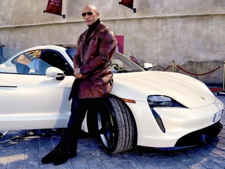 Dwayne 'The Rock' Johnson não cabe no Porsche Taycan