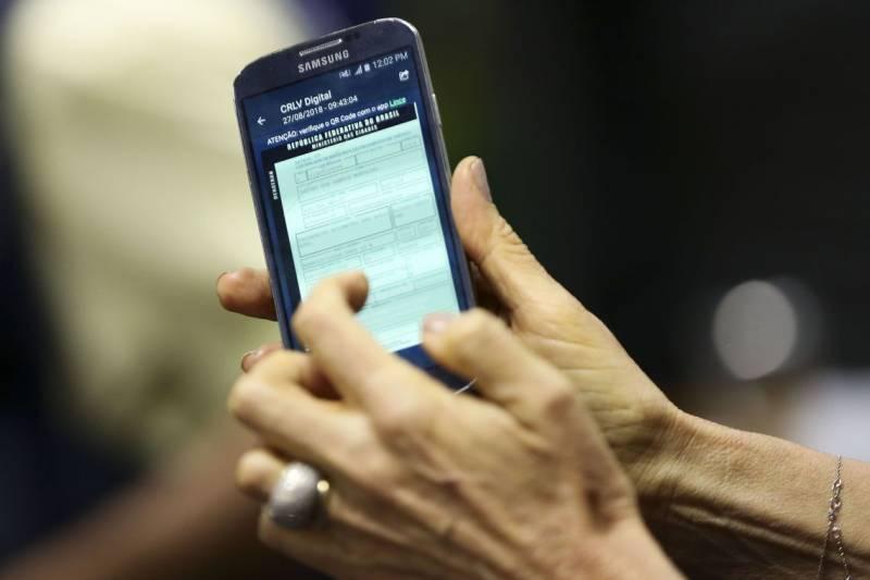 Para ter o documento em seu celular, é necessário que o proprietário do veículo esteja em dia com o licenciamento. O aplicativo está disponível para Android e iOS (Marcelo Camargo/Agência Brasil)