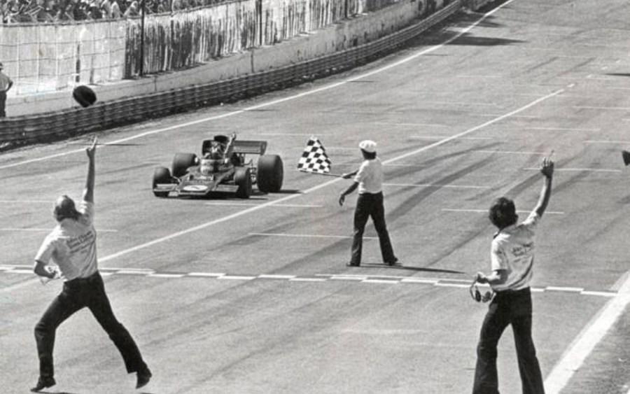 Emerson Fittipaldi na Lotus recebendo a bandeirada da vitória em Interlagos