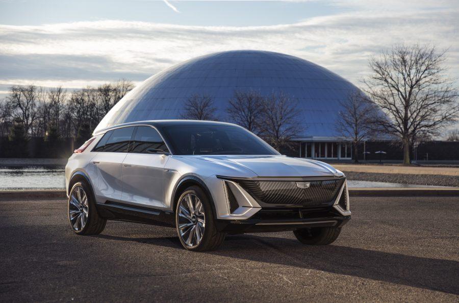 A GM está investindo US $ 27 bilhões até 2025. A empresa também está contratando 3.000 engenheiros e desenvolvedores de software e comprometendo mais da metade do desenvolvimento de seu produto para trabalhar em EVs e AVs. No final de 2025, 40 por cento dos veículos GM norte-americanos serão EVs movidos a Ultium.