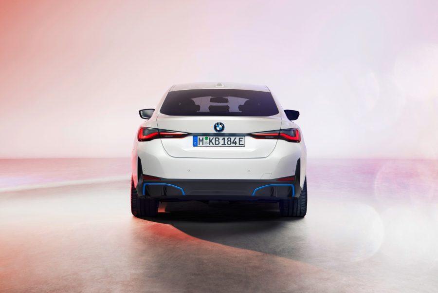 A linha do modelo BMW i4 estará disponível em diferentes versões, abrangendo autonomias de até 590km (WLTP) e até 300 milhas* (EPA). Com uma potência de até 390kW/530HP, o BMW i4 pode acelerar de zero a 100km/h em cerca de 4 segundos.