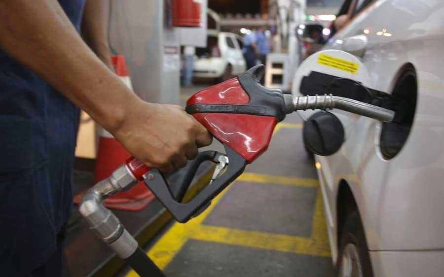 Se o seu veículo tiver um motor flex, cabe a você escolher qual melhor combustível para se abastecer, pois conhecendo o consumo de seu veículo conseguirá saber se vale mais a pena o etanol mais em conta, porém menos rentável ou a gasolina mais cara porém mais duradoura (Foto: Marcello Casal jr/Agência Brasil)