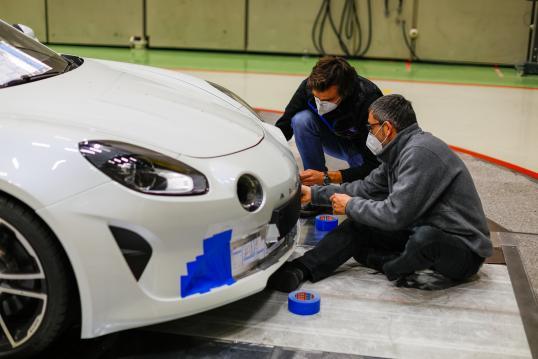 Fundamental no desenvolvimento de um carro esportivo de alta performance como o Alpine A110, a aerodinâmica tem sua expressão máxima na Fórmula 1, onde os testes em túnel de vento são realizados com o mais alto nível de complexidade técnica. Pierre Sancinéna, engenheiro de aerodinâmica na Alpine Cars, teve a ideia de fazer uma parceria com seus colegas da Alpine F1 Team para aproveitar os métodos e tecnologias da equipe. Ele nos mostra os bastidores de um teste pra lá de especial.