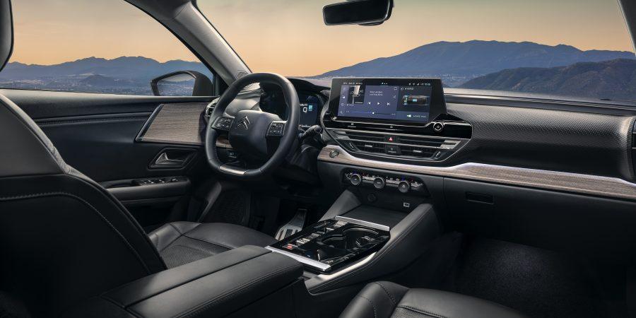 """O C5 X possui tecnologias modernas que simplificam a vida, como o Head up Display, o sistema de auxílio à condução que introduz a condução semiautônoma, e também com a novíssima interface de comunicação na tela sensível ao toque de 12"""" HD com reconhecimento de voz."""
