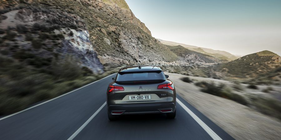 O C5 X proporciona uma intensa experiência a bordo, graças ao conforto oferecido pelo sistema Citroën Advanced Comfort® e a um habitáculo digno de um lounge, incluindo a nova suspensão ativa Citroën Advanced Comfort e os bancos Advanced Comfort