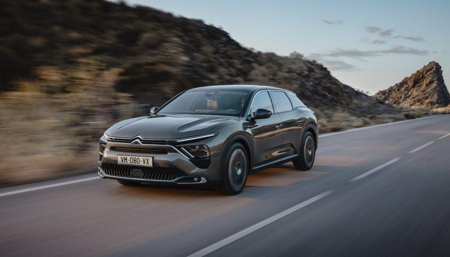 O C5 X ostenta, na frente e atrás, a nova assinatura luminosa em V da Citroën, inaugurada no Novo C4. Inconfundível e imediatamente assimilada à Citroën, essa assinatura luminosa tecnológica possui faróis de LED em toda a gama. Visível tanto de dia quanto à noite, realça a silhueta excepcional do C5 X.