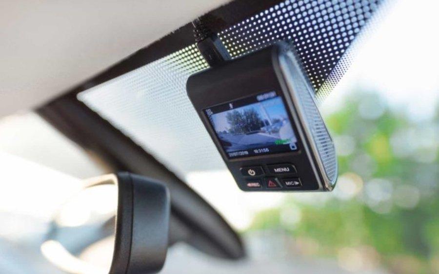 Carro equipado com câmera dianteira