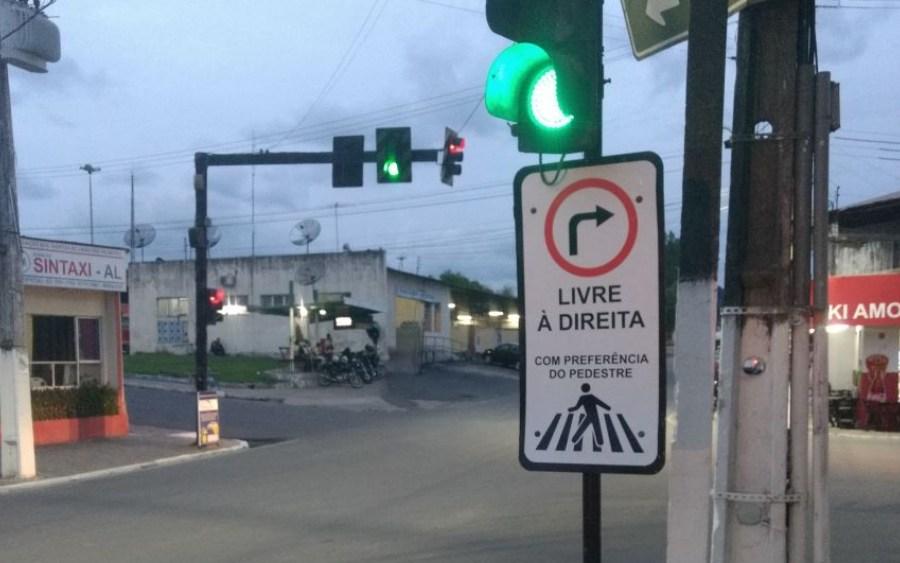 """""""À Direita Livre"""" com indicação """"Pedestres têm a Preferência"""""""