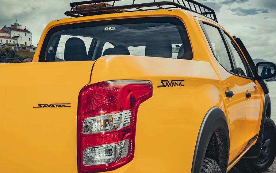 Os emblemas Savana foram colocados na parte lateral da caçamba e também na parte traseira. Já o emblema L200 Triton também recebeu o acabamento na cor grafite.