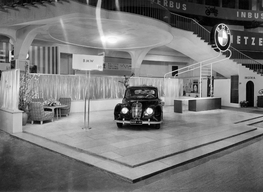 """Estreia do BMW 501 """"Barockengel"""" no Salão do Automóvel de Frankfurt 1951"""