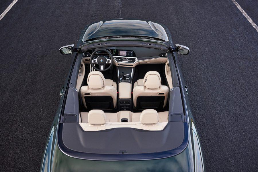 Produzido na fábrica do BMW Group em Regensburg, na Alemanha, o imponente 430i Cabrio M Sport traz o que há de melhor em termos de esportividade com motor 2.0l de quatro cilindros com 258cv de potência, entre 5.000rpm e 6.500rpm, 400Nm de torque, entre 1.550rpm e 4.400rpm, e aceleração de 0 a 100km em apenas 6,2 segundos. A combinação de luxo e de esportividade também pode ser conferida nos acabamentos em preto, que reforçam o design distinto do modelo, nos detalhes do pacote M Sport, como suspensão, volante e freios no conjunto aerodinâmico e nos cintos e nos bancos dianteiros esportivos com ajustes elétricos e de memória.