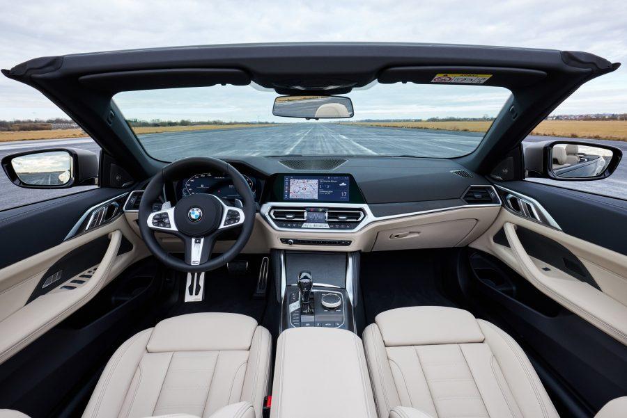 """Alguns dos mais avançados sistemas de condução semiautônomos da BMW também acompanham o lançamento, com destaque para o Driving Assistant Professional, que permite a direção inteligente em situações de congestionamentos, trânsito lento ou viagens longas; o Parking Assistant Plus, sistema que mede os espaços para estacionar automaticamente por intermédio de câmeras e de sensores, realizando as manobras com máxima precisão, economia de tempo e conforto; e o BMW Live Cockpit Professional, que oferece ao usuário informações e monitoramento da condução por intermédio de duas telas (display digital de 12,3"""" e o iDrive de 10,25""""), além de interfaces disponíveis e requisitos técnicos para opções operacionais via controle de voz. Os sensores de estacionamento dianteiro e traseiro e os faróis Full-LED, os faróis de neblina em LED e o assistente de farol alto completam o conjunto."""