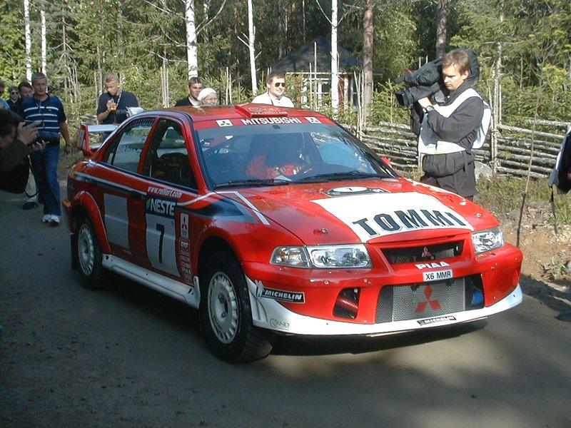 Mitsubishi Lancer Evolution VI de Tommi Mäkinen do Campeonato Mundial de Rali de 2001 (foto: Pasi Piesanen / Wikimedia)