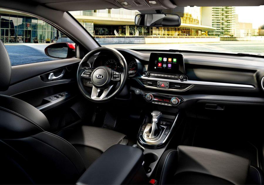 Com comandos acionados pelo volante multifuncional, o piloto automático permite que o motorista determine uma velocidade constante para o sedan da Kia, sem a necessidade de manter o pé no acelerador. Muito mais conforto e conveniência para explorar ao máximo o prazer de dirigir, principalmente em viagens mais longas.