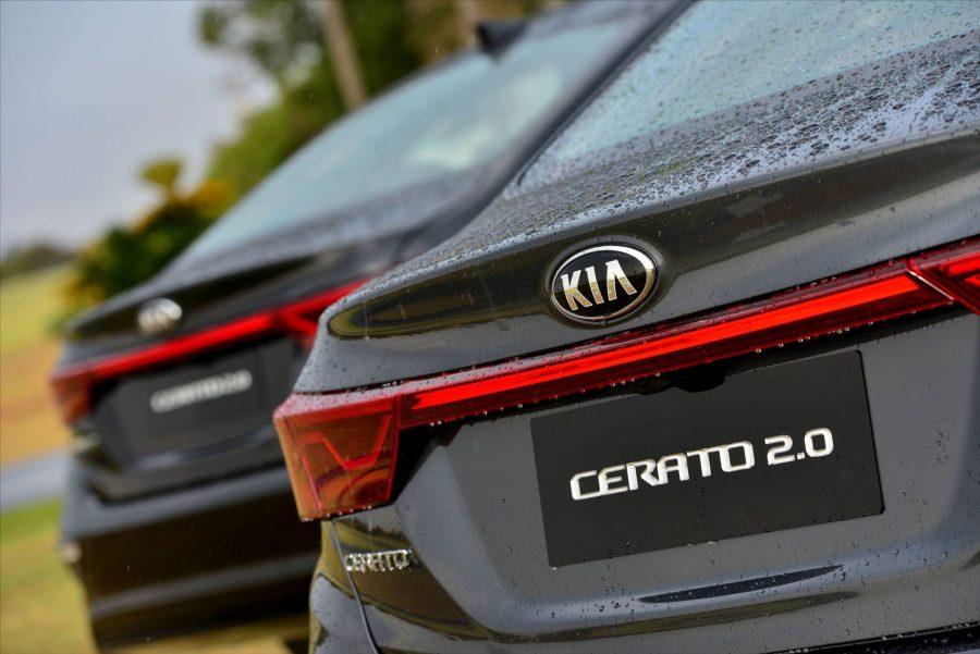 A partida do motor do sedan médio da Kia é acionada pelo botão Start/Stop, por reconhecimento da chave Smart Key. A tecnologia ainda permite o travamento e a abertura das portas e do porta-malas à distância.